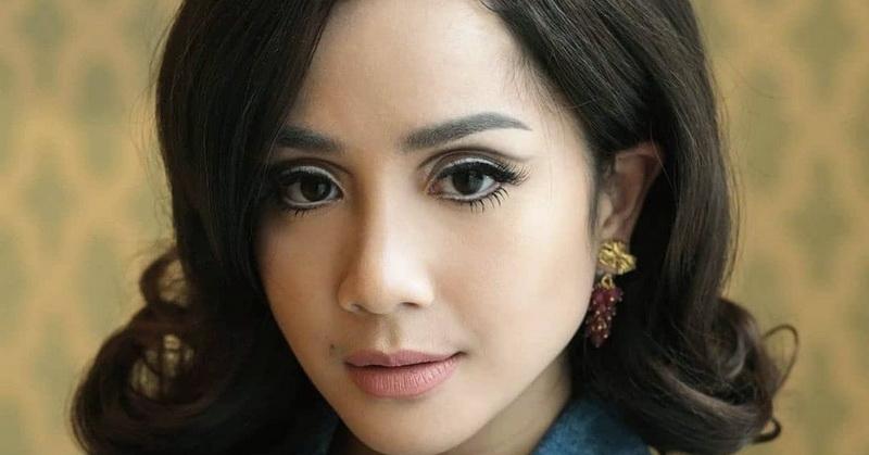 https: img.okezone.com content 2021 04 28 33 2402465 kuncir-rambut-nagita-slavina-seharga-rp700-ribu-netizen-menjerit-4TfmdaJlRw.jpg