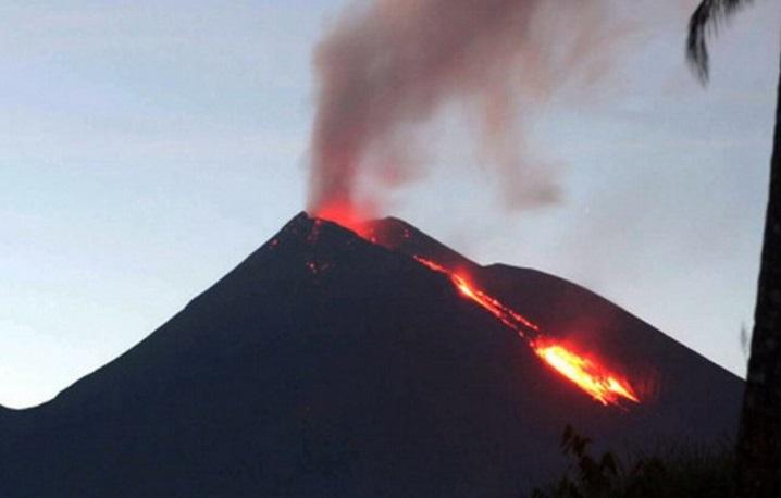 https: img.okezone.com content 2021 04 28 337 2401902 bnpb-minta-masyarakat-waspada-ancaman-letusan-gunung-api-ini-bahayanya-2tFNmCaAJh.jpg
