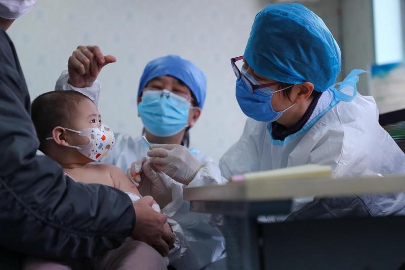 https: img.okezone.com content 2021 04 28 481 2402452 yuk-ketahui-beragam-manfaat-imunisasi-bagi-anak-anak-82vvDrlNIy.jpg
