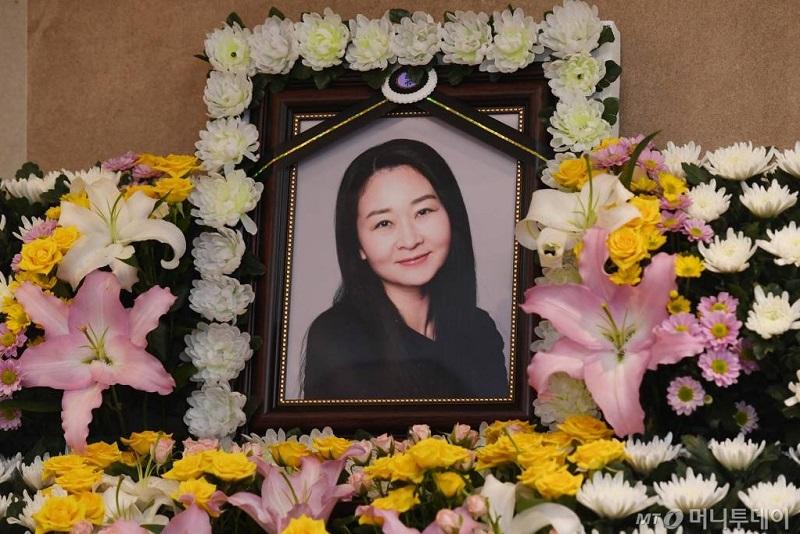 https: img.okezone.com content 2021 04 29 33 2402718 aktris-mouse-chun-jung-ha-meninggal-dunia-akibat-gagal-ginjal-Sc49IyqzLB.jpg