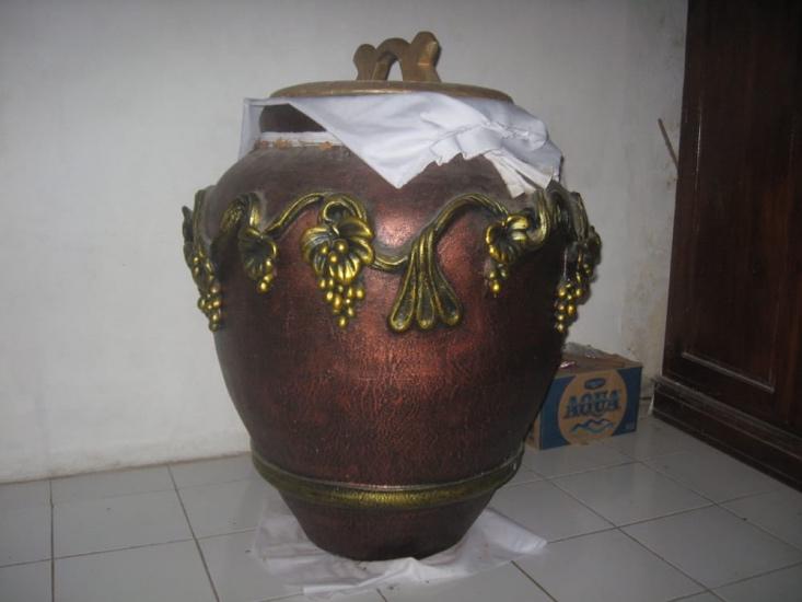https: img.okezone.com content 2021 04 29 337 2402575 air-berkah-gentong-cupu-manik-di-makam-panembahan-prawoto-vUkHGi5aTm.jpg