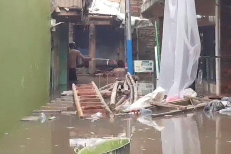 https: img.okezone.com content 2021 04 29 338 2402602 banjir-setinggi-70-cm-rendam-permukiman-warga-di-kampung-melayu-Z6VeeccRlY.jpg