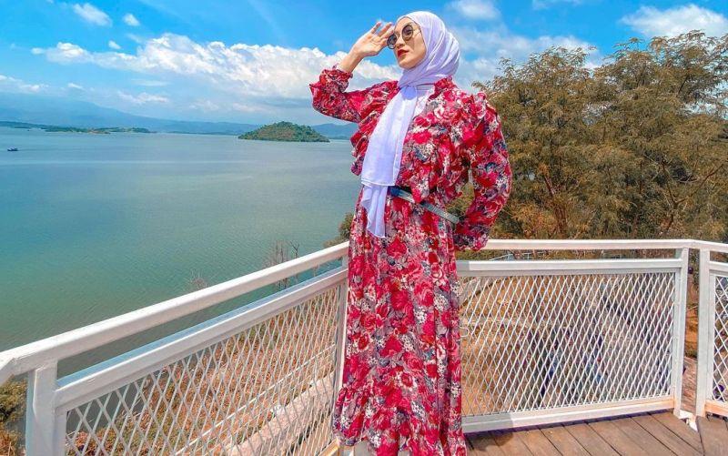 https: img.okezone.com content 2021 04 29 406 2403122 pesona-pramugari-berhijab-maelisa-zelin-mama-muda-idaman-super-ramah-Kp9mpUV1gt.jpg