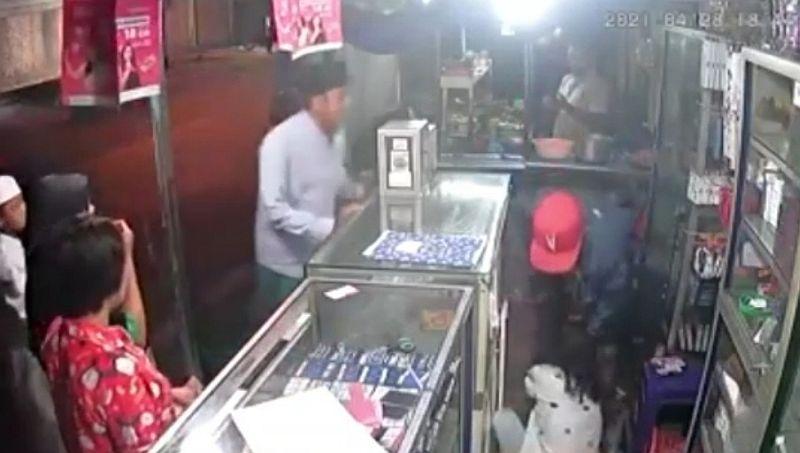 https: img.okezone.com content 2021 04 29 519 2402589 viral-video-laki-laki-pukuli-perempuan-muda-secara-membabi-buta-gh9UzxIZ8v.jpg