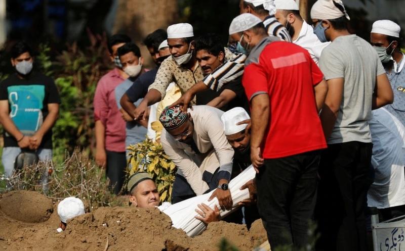 https: img.okezone.com content 2021 04 30 18 2403332 covid-19-melonjak-penggali-kubur-di-india-abaikan-protokol-kesehatan-Ukpmm2I0wZ.jpg