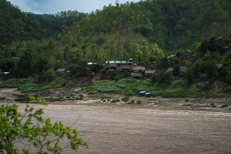 https: img.okezone.com content 2021 04 30 18 2403529 pertempuran-makin-sengit-ribuan-penduduk-desa-myanmar-mengungsi-ke-thailand-lYY5LuVklG.jpg