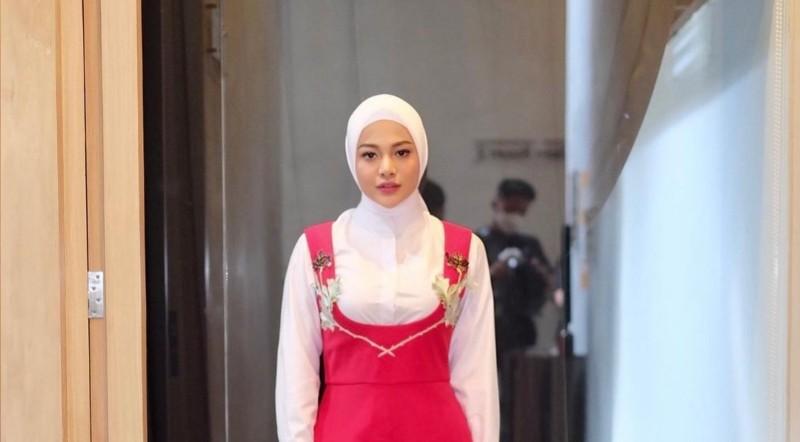 https: img.okezone.com content 2021 04 30 194 2403157 aurel-cantik-pakai-hijab-merah-putih-netizen-teruslah-berkibar-82UBiSRLdp.jpg