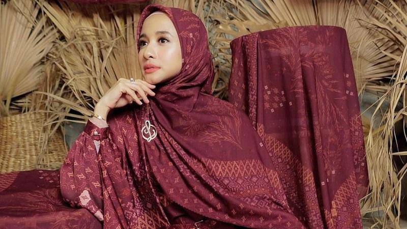 https: img.okezone.com content 2021 04 30 194 2403738 4-model-gamis-batik-laudya-cynthia-bella-hingga-dian-pelangi-cocok-untuk-lebaran-emhzr9isLG.jpg