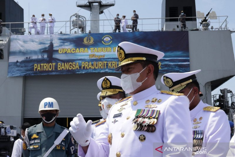 https: img.okezone.com content 2021 04 30 337 2403735 kapal-al-singapura-evakuasi-komponen-ringan-kri-nanggala-402-LpqwfMxJys.jpg
