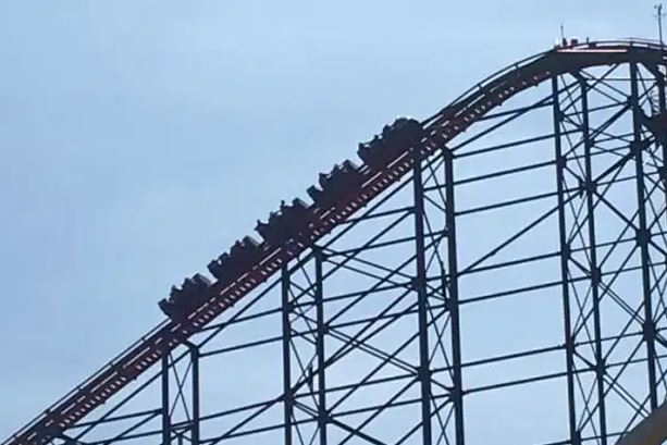 https: img.okezone.com content 2021 04 30 406 2403177 roller-coaster-mogok-penumpang-terpaksa-turun-dari-ketinggian-curam-CvxMOcpX8B.JPG
