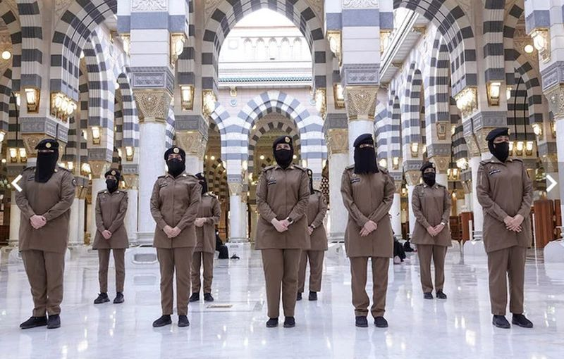 https: img.okezone.com content 2021 04 30 406 2403306 kisah-tentara-wanita-penjaga-masjid-nabawi-saya-bersyukur-ada-di-posisi-ini-sBScj768uh.jpg