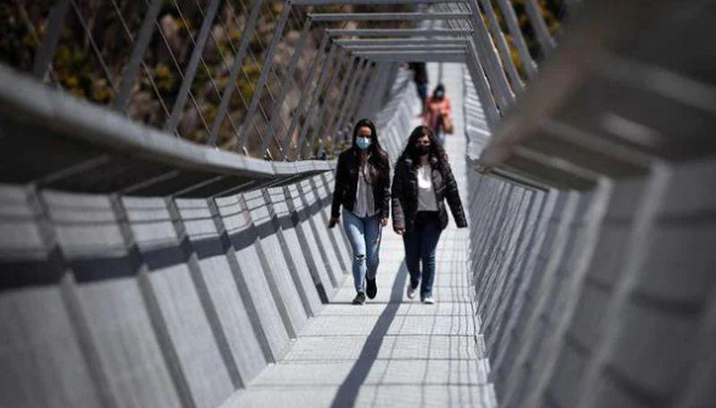 https: img.okezone.com content 2021 04 30 408 2403665 mengintip-jembatan-gantung-pejalan-kaki-terpanjang-di-dunia-nODTzI4H8R.jpg