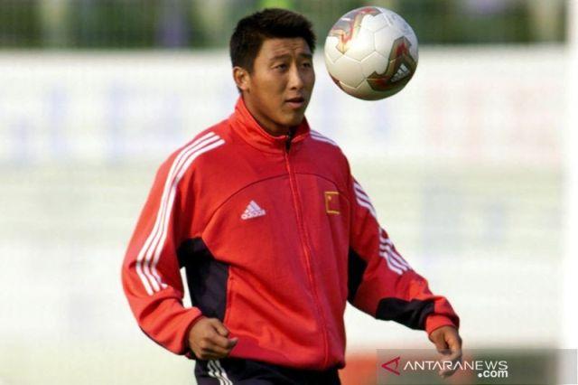 https: img.okezone.com content 2021 04 30 51 2403597 legenda-sepakbola-china-meninggal-dunia-setelah-rayakan-ulang-tahun-ke-48-bS7eagpiTt.jpg