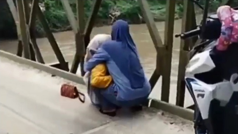 https: img.okezone.com content 2021 04 30 608 2403260 viral-wanita-hendak-bunuh-diri-lompat-dari-atas-jembatan-diselamatkan-warga-odPS07ZTO4.jpg