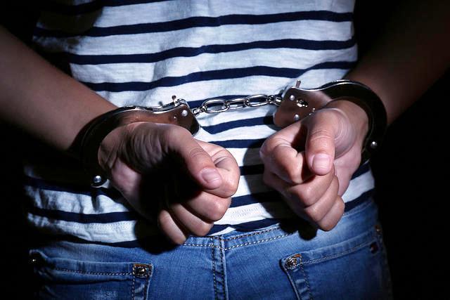 https: img.okezone.com content 2021 04 30 608 2403746 pria-di-medan-ditangkap-karena-miliki-senpi-terancam-10-tahun-penjara-3Tc5WSmiCP.jpg