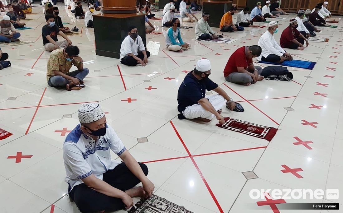https: img.okezone.com content 2021 04 30 614 2403503 kluster-baru-covid-19-sholat-tarawih-menag-pengurus-masjid-harus-ketat-lakukan-prokes-sM214f3clF.jpg
