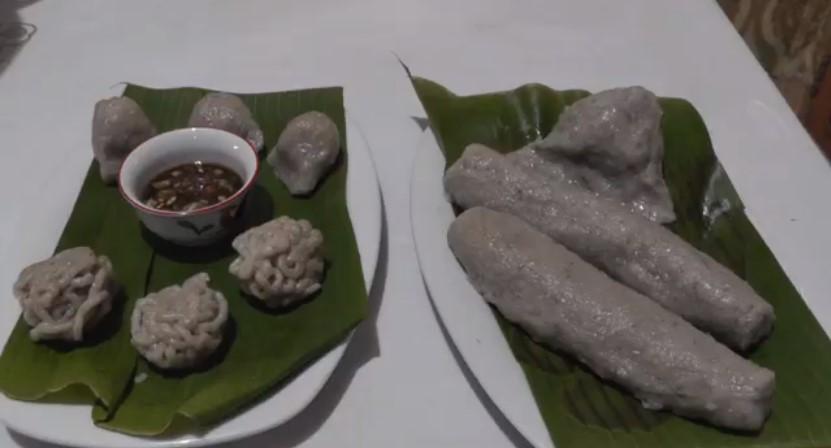 https: img.okezone.com content 2021 05 01 301 2403940 pempek-hitam-kuliner-favorit-warga-palembang-saat-buka-puasa-6ywWOLsnfd.jpg