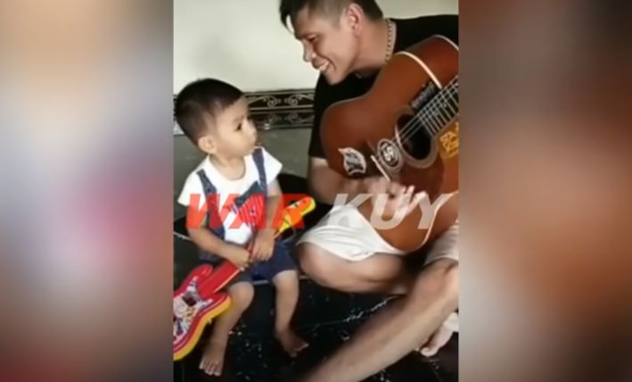 https: img.okezone.com content 2021 05 01 337 2403929 viral-video-serda-ucok-main-gitar-bareng-anak-kecil-bawakan-lagu-dewa-19-O6PNevIqY8.JPG