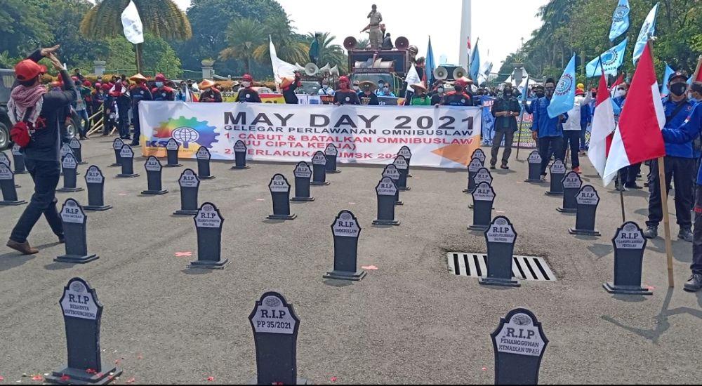 https: img.okezone.com content 2021 05 01 338 2403909 may-day-buruh-buat-kuburan-massal-korban-omnibus-law-di-patung-kuda-rUQsRWHYJl.jpg