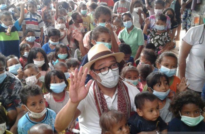 https: img.okezone.com content 2021 05 01 525 2404043 ridwan-kamil-hibur-anak-anak-korban-banjir-bandang-ntt-dengan-bernyanyi-P9QrinSaB2.jpg