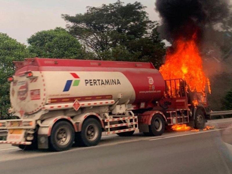 https: img.okezone.com content 2021 05 02 338 2404403 kebakaran-truk-pertamina-di-tol-jagorawi-padam-arus-lalin-berangsur-normal-K1lsadnapY.jpg