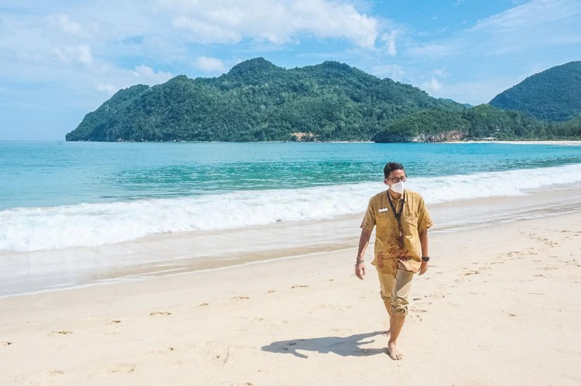 https: img.okezone.com content 2021 05 02 406 2404423 sandiaga-uno-pantai-lampuuk-aceh-cocok-jadi-destinasi-sport-tourism-jyhZFB4SZa.jpg