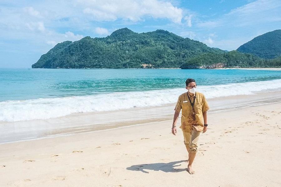 https: img.okezone.com content 2021 05 02 43 2404424 sandiaga-uno-nilai-pantai-lampuuk-aceh-potensial-untuk-sport-tourism-h2hTcsLeOO.jpeg