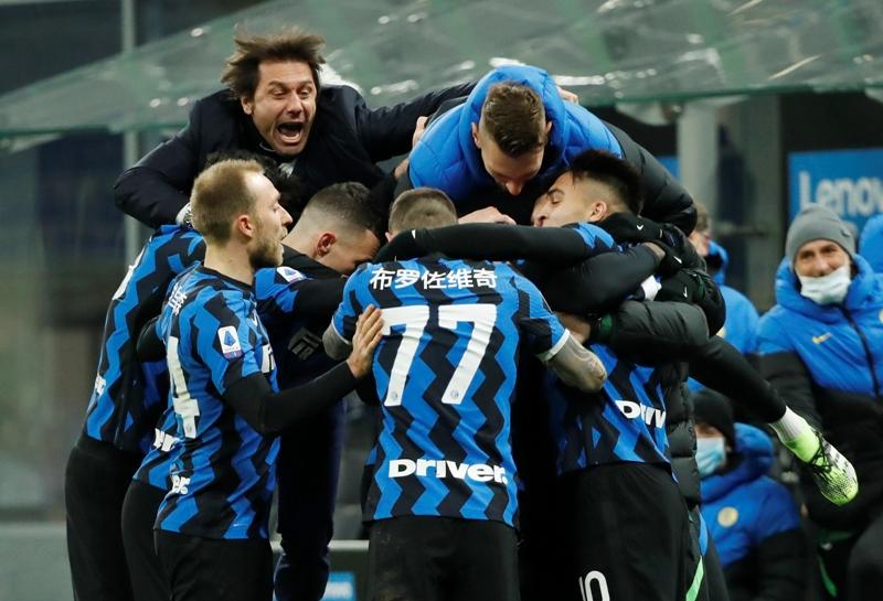 https: img.okezone.com content 2021 05 02 47 2404439 inter-milan-juara-liga-italia-2020-2021-usai-sassuolo-vs-atalanta-berakhir-1-1-SgYwGA7CIX.JPG