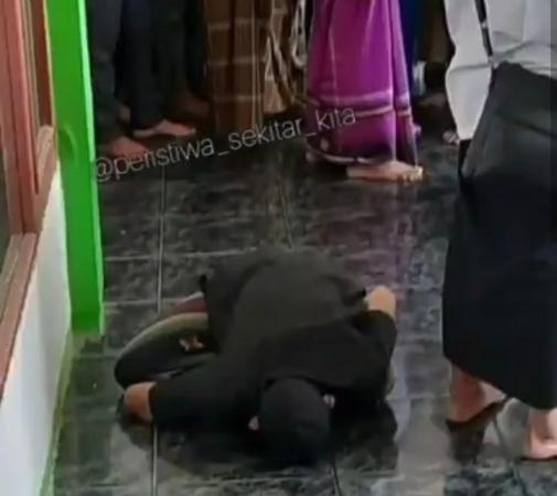 https: img.okezone.com content 2021 05 02 525 2404100 viral-jamaah-sholat-jumat-meninggal-saat-sujud-warganet-doakan-masuk-surga-rWeKOcCfg3.jpg