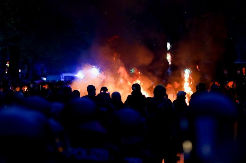 https: img.okezone.com content 2021 05 03 18 2404604 demo-hari-buruh-di-jerman-rusuh-93-polisi-luka-luka-354-orang-ditangkap-V9S4Zr52hV.jpg