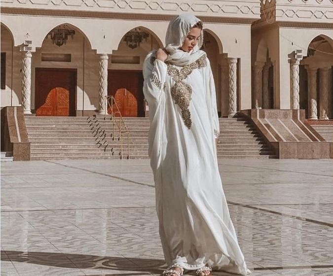 https: img.okezone.com content 2021 05 03 18 2404890 pemotretan-di-masjid-mesir-penari-perut-rusia-picu-kemarahan-0xTHm3HAIS.jpg