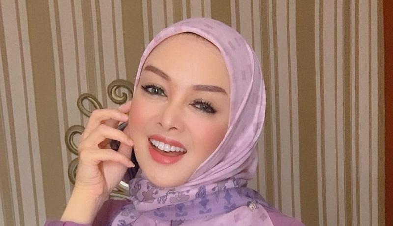 https: img.okezone.com content 2021 05 03 194 2404934 4-gaya-hijab-terry-putri-bisa-untuk-inspirasi-lebaran-wxc4J0DxCr.jpg