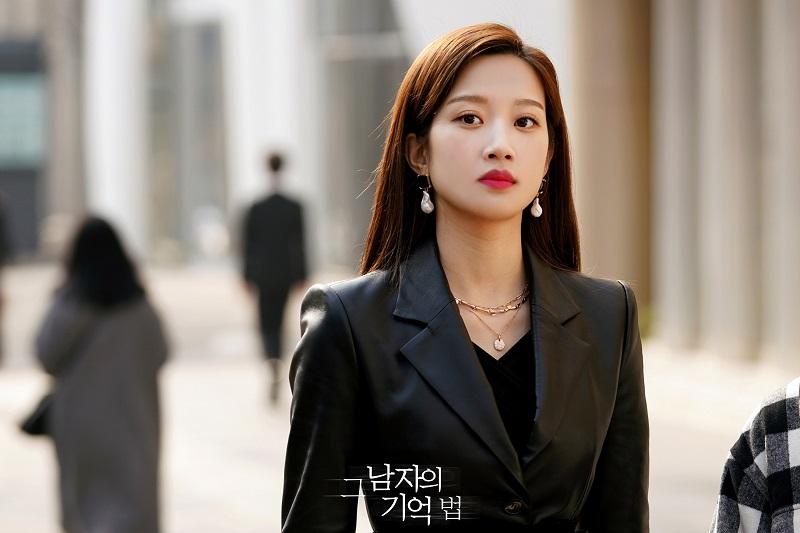 https: img.okezone.com content 2021 05 03 33 2405070 moon-ga-young-perpanjang-kontrak-dengan-keyeast-4gQHTEgyuL.jpg