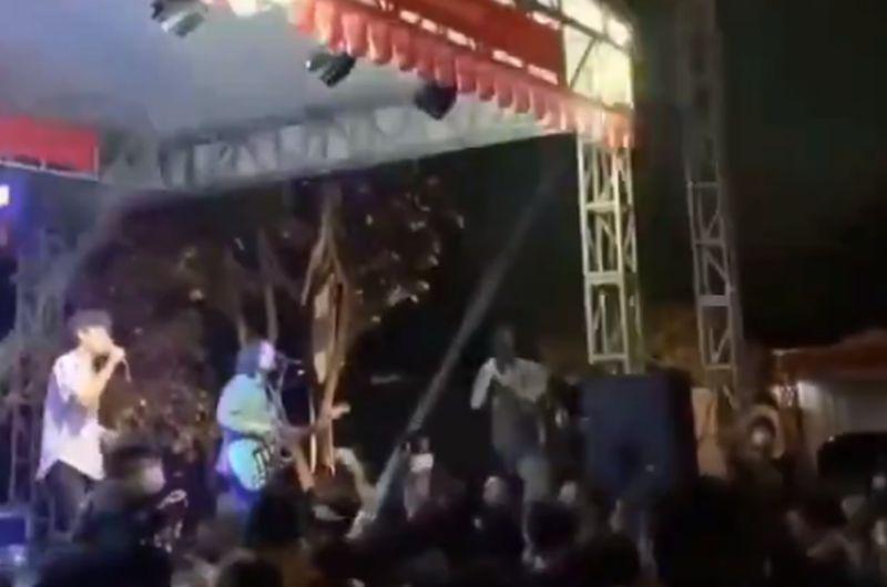 https: img.okezone.com content 2021 05 03 337 2404904 viral-kerumunan-konser-di-jaksel-satgas-penyelenggara-akan-dimintai-pertanggungjawaban-G4r5t95XtT.jpg