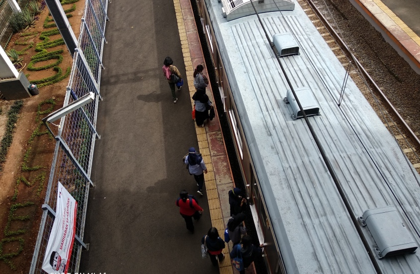 https: img.okezone.com content 2021 05 03 338 2404868 penumpang-di-palmerah-berlarian-kejar-kereta-terakhir-menuju-stasiun-tanah-abang-SIVnZykAE0.jpg