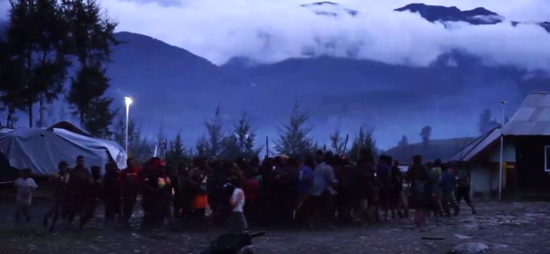 https: img.okezone.com content 2021 05 03 340 2404875 tradisi-bakar-honai-digelar-pertanda-situasi-sudah-aman-di-ilaga-papua-ycoctrzzv6.jpg