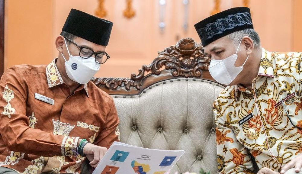 https: img.okezone.com content 2021 05 03 406 2404493 sandiaga-uno-dukung-pengembangan-wisata-halal-banda-aceh-renODamYjg.JPG