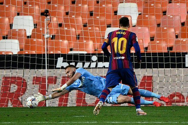 https: img.okezone.com content 2021 05 03 46 2404749 gagal-cetak-gol-dari-penalti-lionel-messi-tak-sejago-cristiano-ronaldo-ueXnmruZVj.jpg
