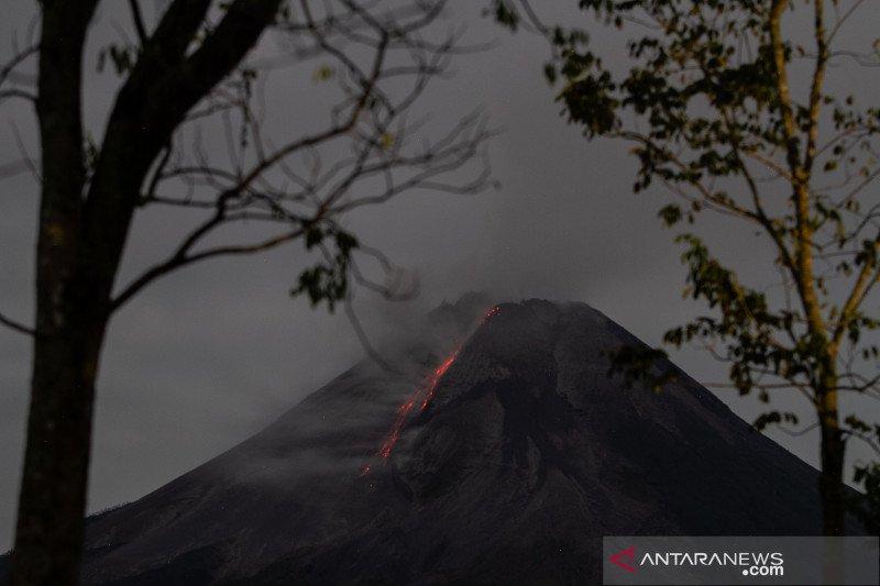 https: img.okezone.com content 2021 05 03 510 2404595 gunung-merapi-semburkan-awan-panas-8-kali-ke-arah-barat-daya-5kV4gfyAXP.jpg