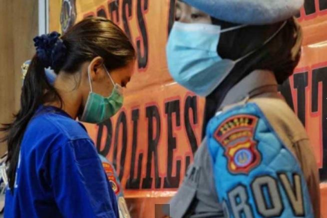 https: img.okezone.com content 2021 05 03 510 2404873 detik-detik-nani-apriliani-ditangkap-wanita-cantik-pemberi-takjil-maut-bersianida-tZNghqP2mM.jpg