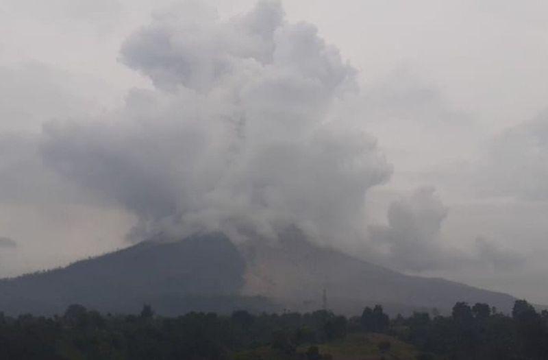 https: img.okezone.com content 2021 05 03 608 2405030 gunung-sinabung-muntahkan-awan-panas-sejauh-500-meter-GAYhhGoWkS.jpg