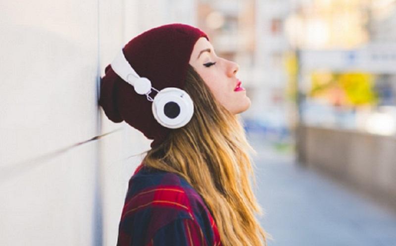 https: img.okezone.com content 2021 05 03 612 2404674 manfaat-mendengarkan-musik-bagi-kesehatan-mental-kTFRCYFa6a.jpg