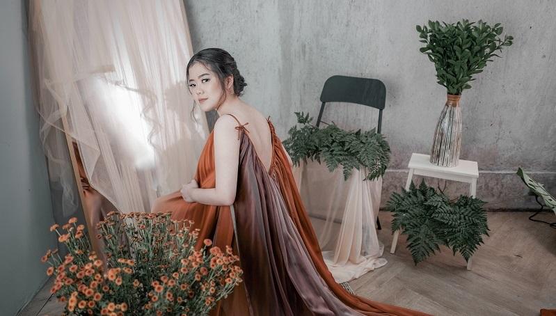 https: img.okezone.com content 2021 05 04 205 2405096 gratia-elena-musikalisasi-puisi-lewat-star-ATlxT3MYx3.jpg