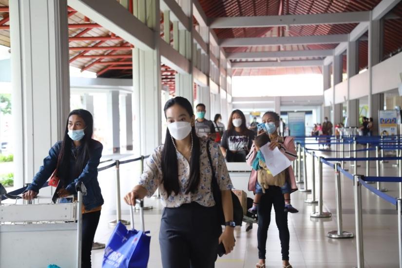 https: img.okezone.com content 2021 05 04 244 2405616 h-2-larangan-mudik-16-790-orang-tinggalkan-bali-lewat-bandara-ngurah-rai-NplRWNmjFi.jpg