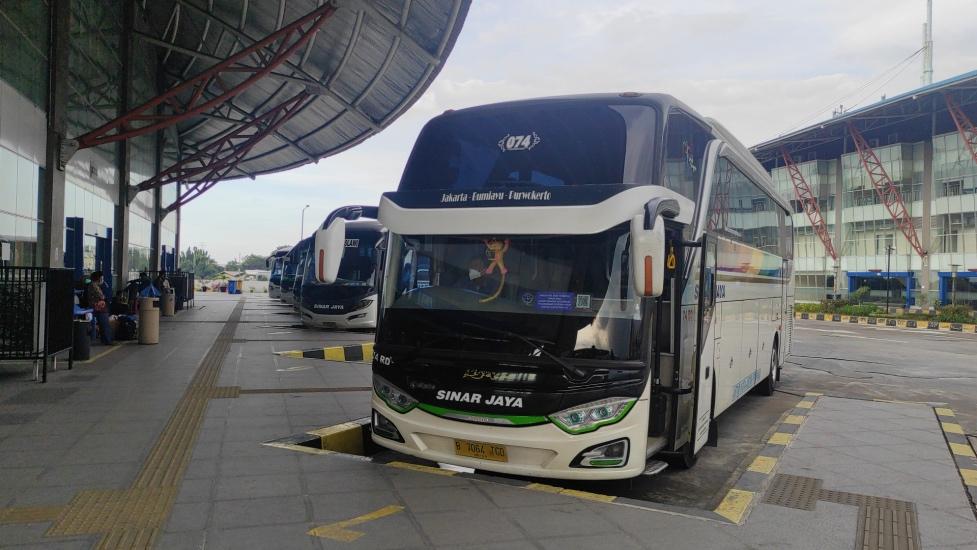 https: img.okezone.com content 2021 05 04 337 2405653 3-ribu-bus-berstiker-boleh-beroperasi-saat-larangan-mudik-6-17-mei-UjsMaNPYTe.jpg