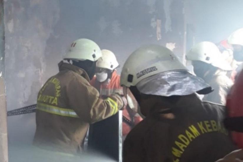 https: img.okezone.com content 2021 05 04 338 2405412 kantor-persit-kodim-jaksel-kebakaran-10-mobil-damkar-ke-tkp-sjoejbHeun.jpg