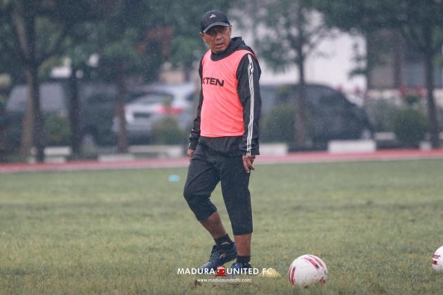 https: img.okezone.com content 2021 05 04 49 2405373 wacana-pembatasan-pemain-asing-liga-1-2021-madura-united-keberatan-EPwjWT3Kgs.jpg