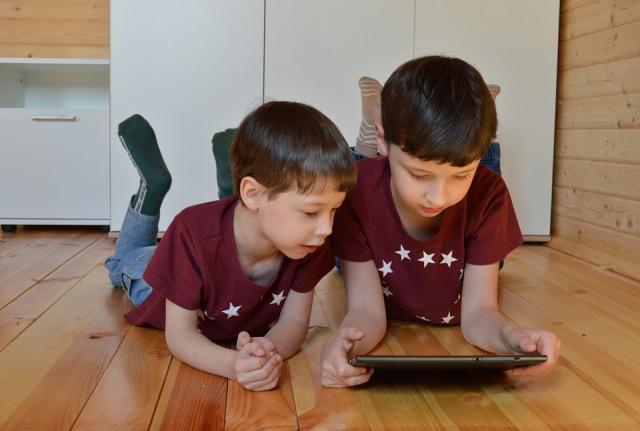 https: img.okezone.com content 2021 05 04 612 2405647 jangan-sampai-anak-anak-kecanduan-gadget-ini-bahayanya-xPAlznzNsb.jpg