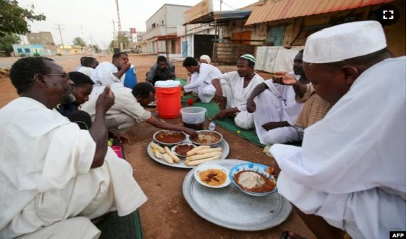 https: img.okezone.com content 2021 05 04 614 2405359 tak-peduli-sulitnya-ekonomi-keluarga-berbagi-iftar-ramadhan-masih-jadi-prioritas-puy8x6jBUb.jpg