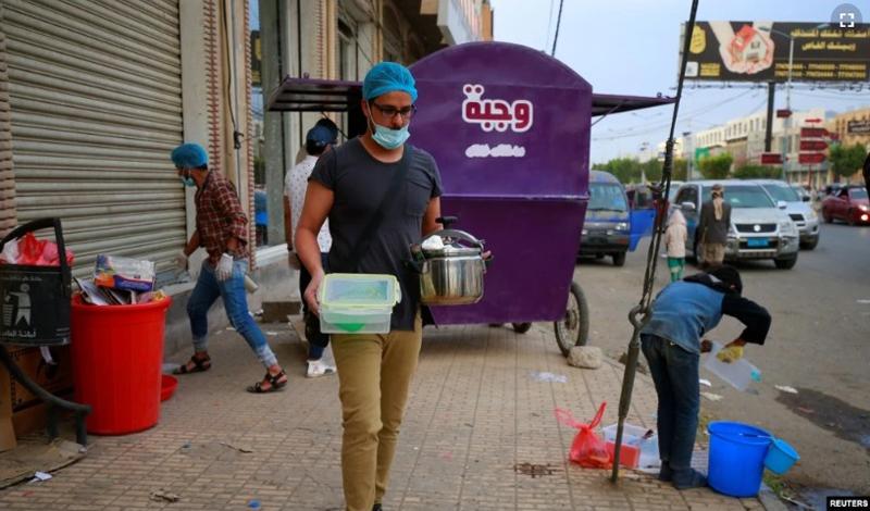 https: img.okezone.com content 2021 05 04 614 2405424 wajbeh-kereta-kios-amal-keliling-kota-sanaah-berikan-makanan-selama-ramadhan-Dp7uVcNWMw.jpg